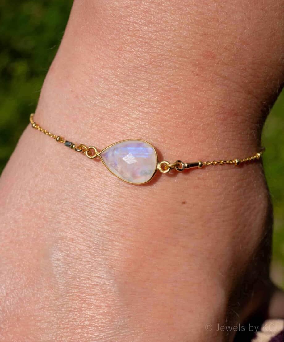 Handgemaakte Gouden armband met edelsteen Rainbow Moonstone