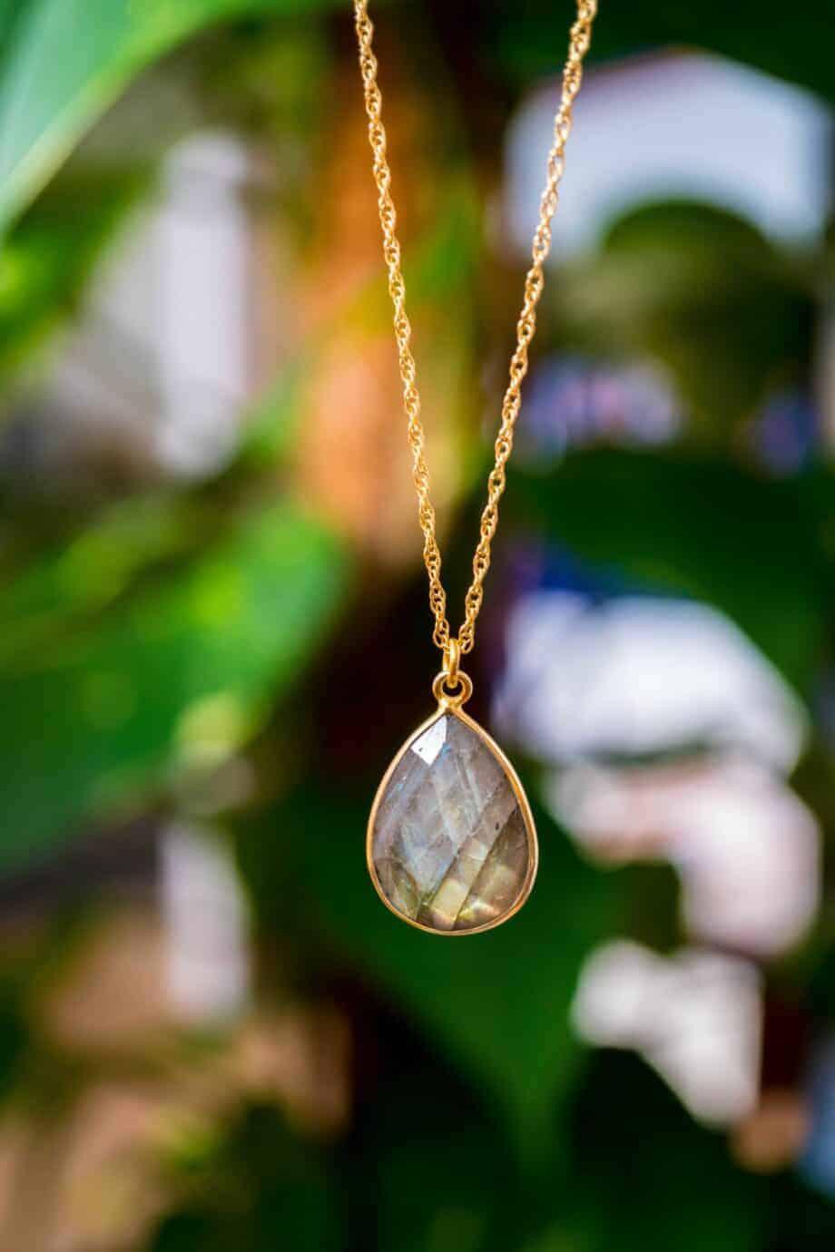Gouden ketting met edelsteen groene Labradoriet van Goud op Zilver. Handgemaakte edelsteen sieraden van Jewels by KC.