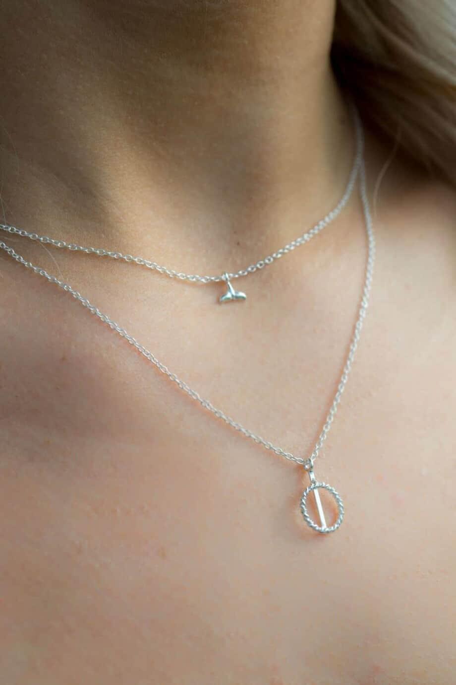 Zilveren ketting met hanger 'Whale' en 'Twisted circle'