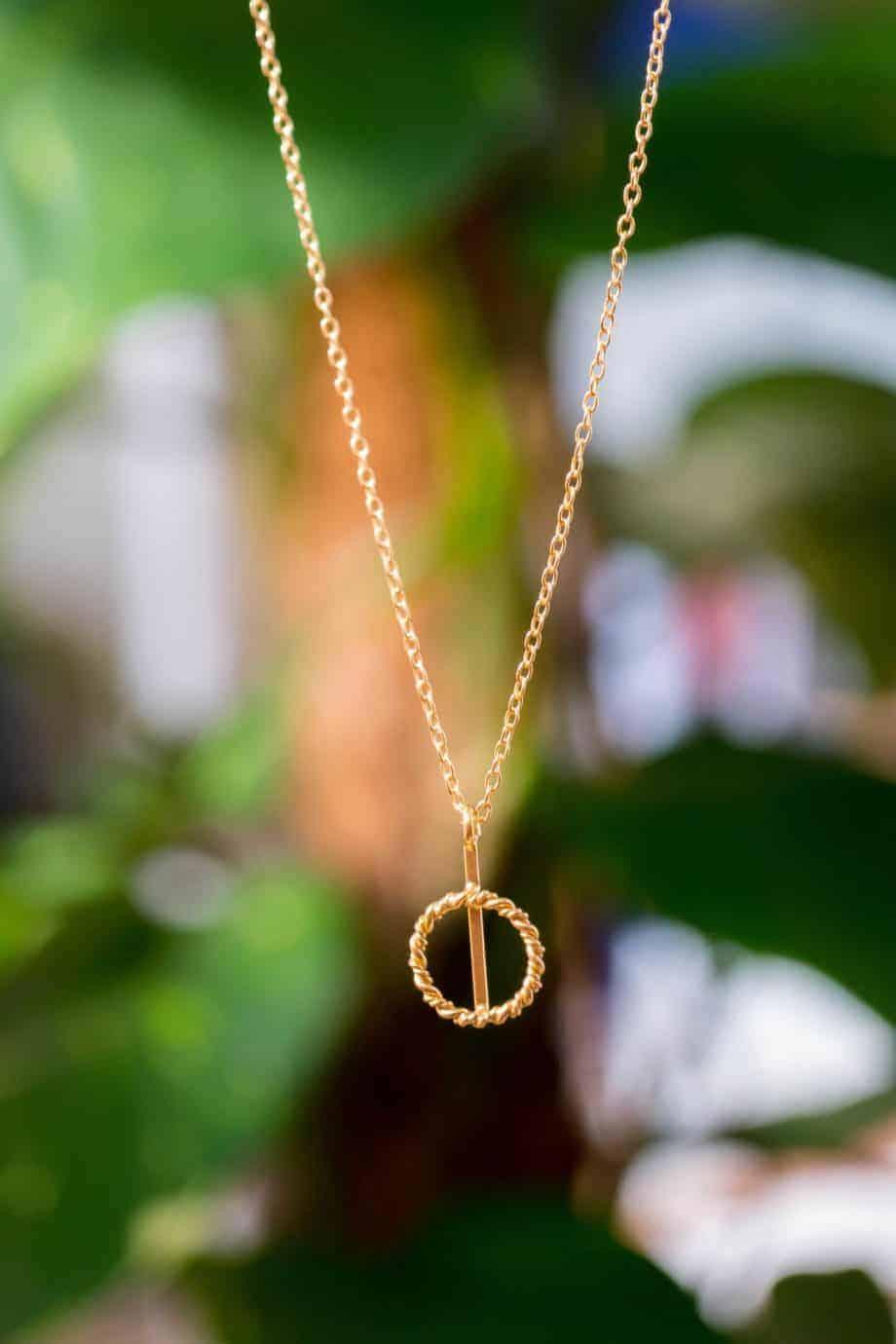 Gouden ketting met hanger 'Twisted circle' van Goud op Zilver