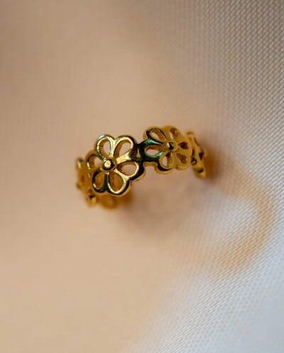 Gouden ear cuff 'Daisy' van Goud op Zilver