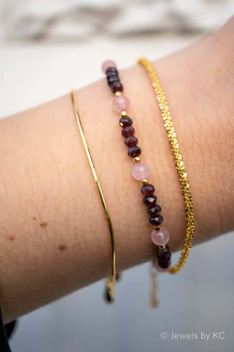 Gouden edelsteen armband rode Granaat en Rozenkwarts kralen van Goud op Zilver