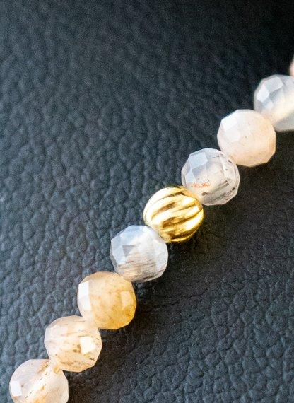 Gouden-edelsteen-armband-met-Maansteen-Rainbow-Moonstone-kraaltjes