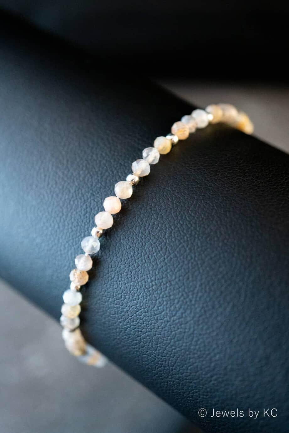 Zilveren-edelsteen-armband-met-regenboog-maansteen-kraaltjes-Sterling-Zilver