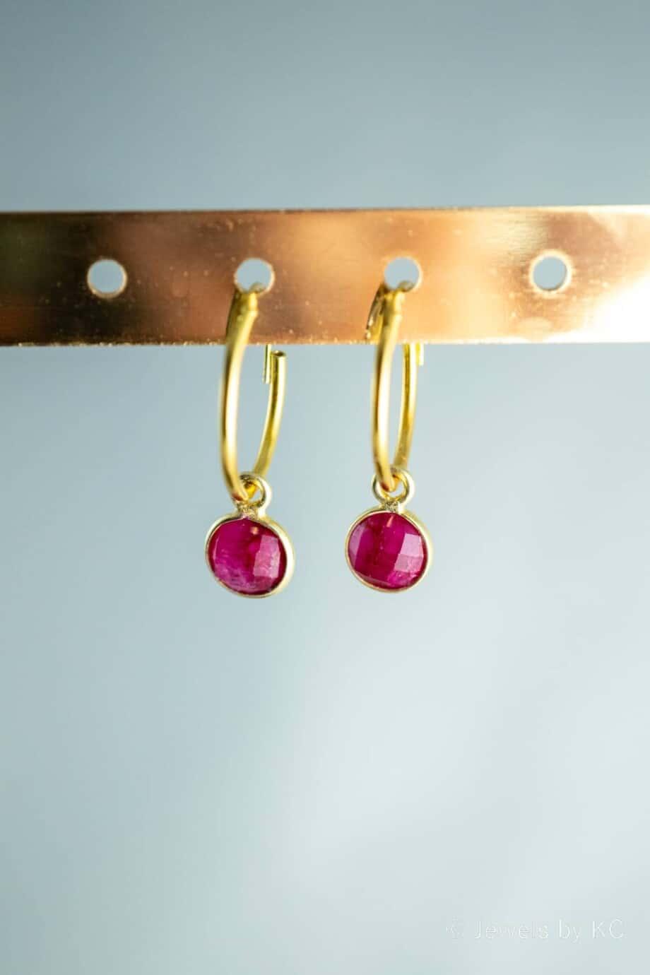 Gouden-edelsteen-oorbellen-rode-Robijn-Goud-op-Zilver
