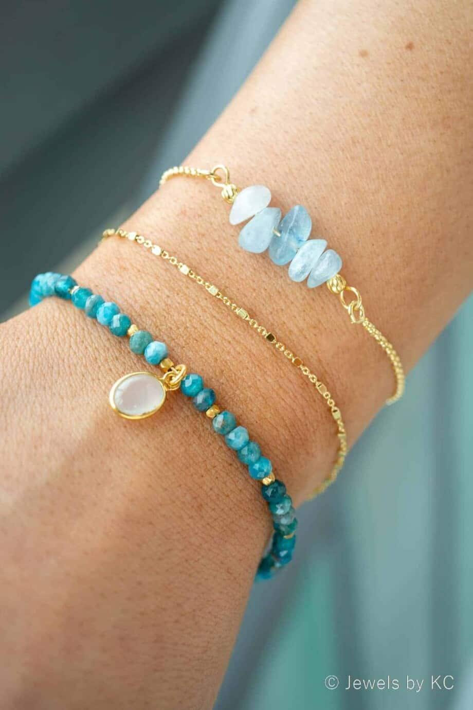 Edelstenen armbandje van blauwe Apatiet kralen en witte Maansteen en Goud op Zilver slotjes en kettinkje