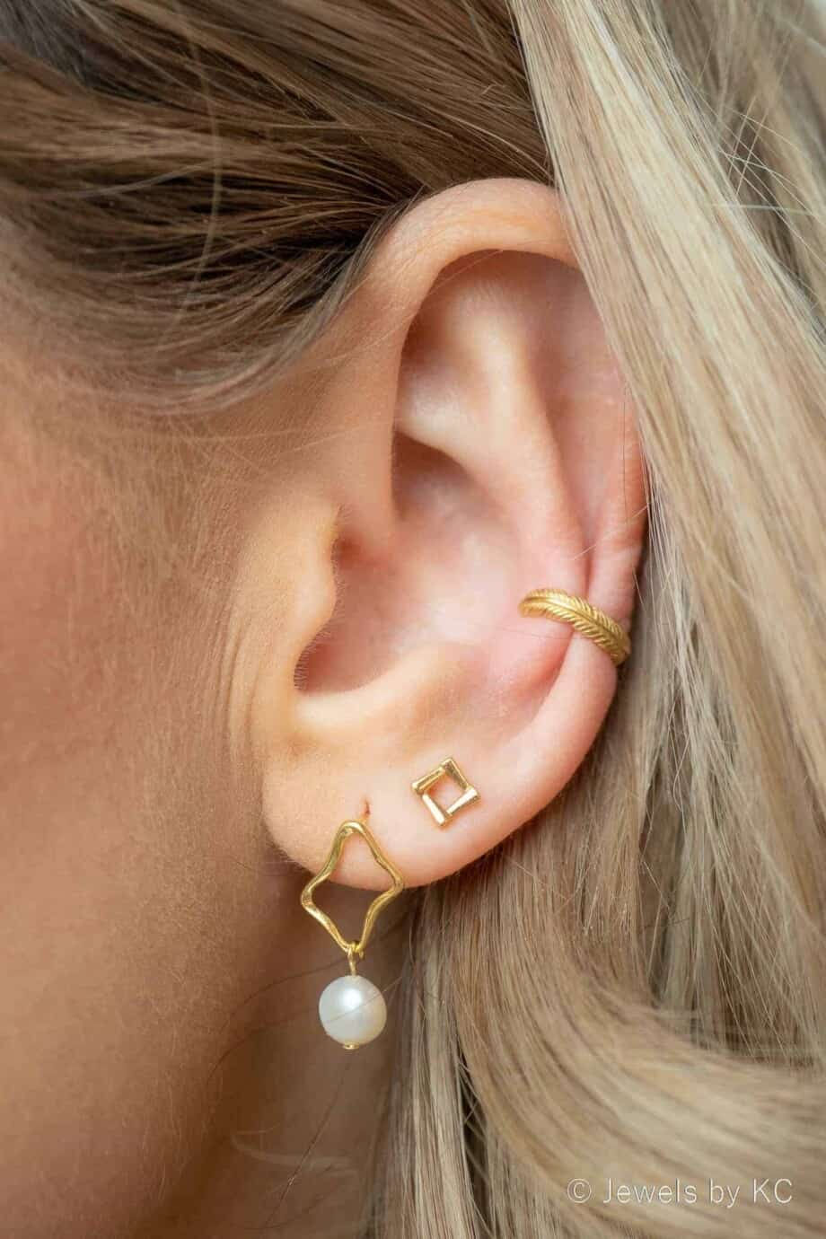 Gouden oorbellen met Zoetwater-parels en Gouden ear cuff van Goud op Zilver