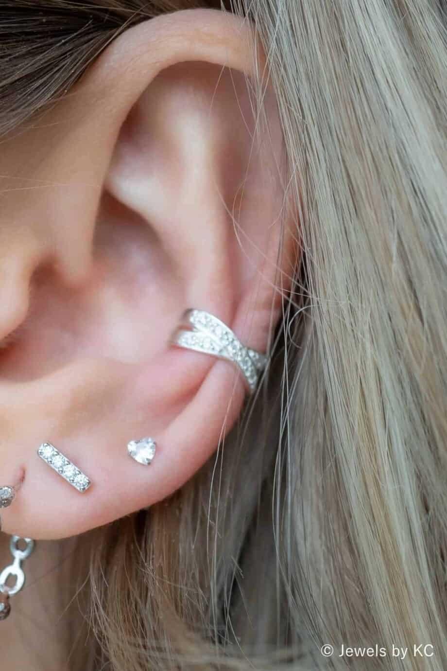 Zilveren ear cuff 'Cross with a bling' van Sterling Zilver