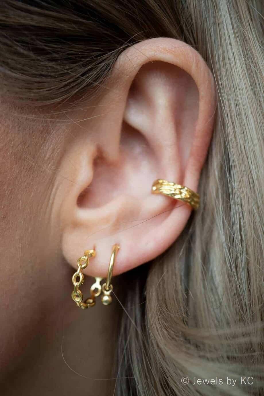 Gouden ear cuff 'Hammered' van Goud op Zilver