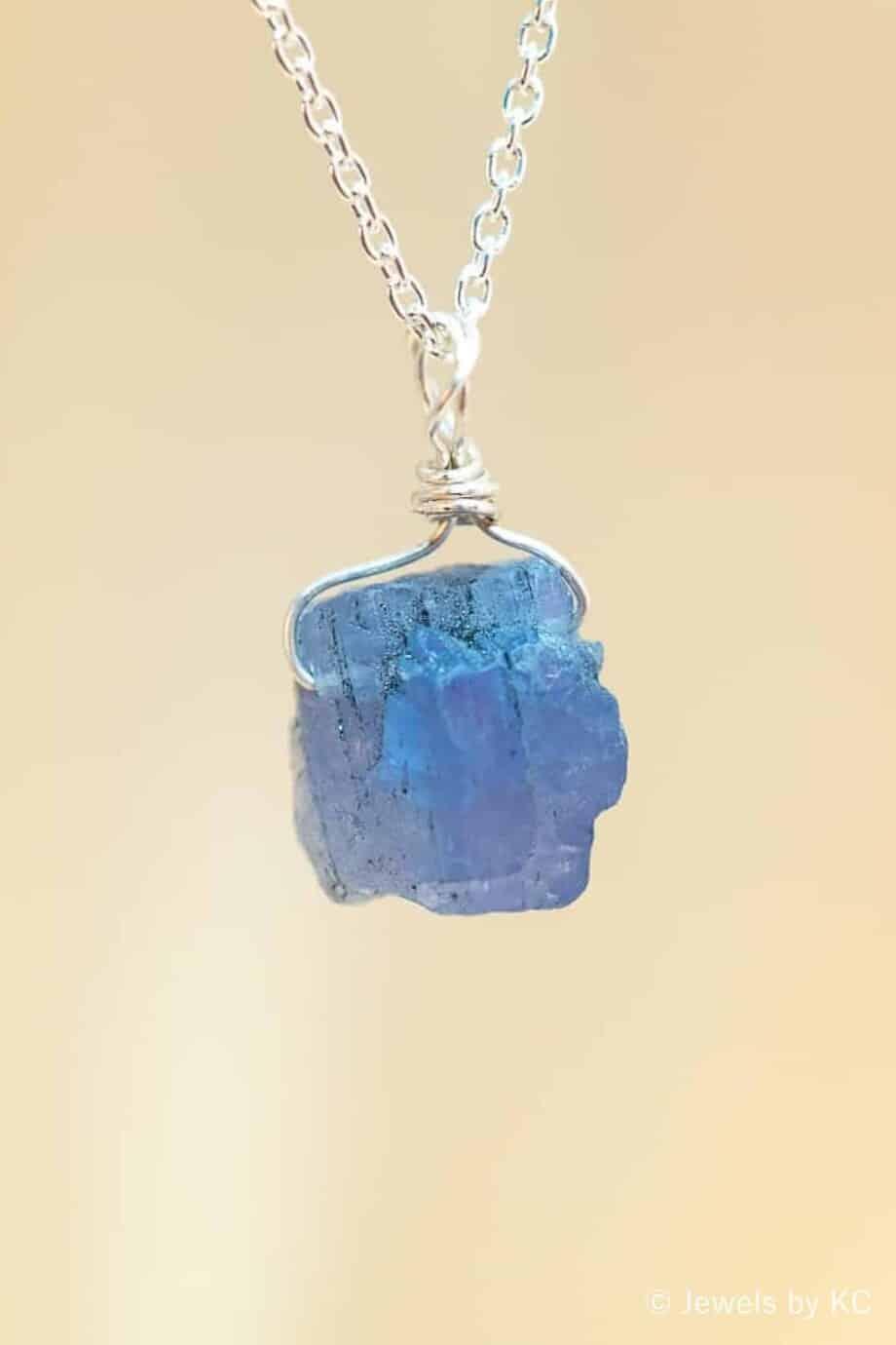 Zilveren ketting met ruwe steen van blauwe Tanzaniet edelsteen