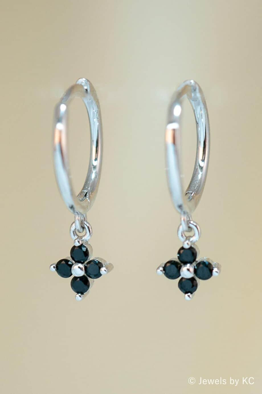 Zilveren oorbellen 'Black stone flower' met zwarte Zirkonia