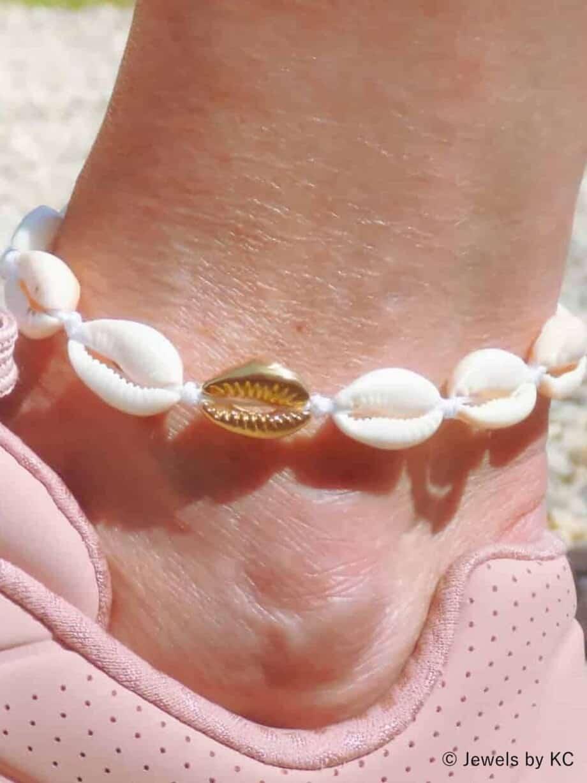 Gouden schelpjes enkelbandje witte Kauri schelpen van Goldplated RVS