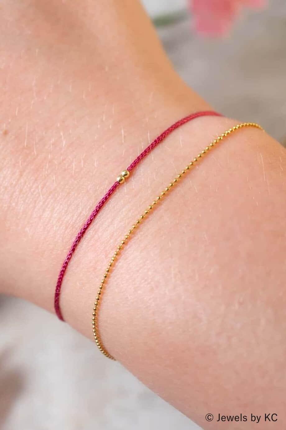 Dun rood koord armbandje Fuchsia met Gouden kraaltjes Goud op Zilver