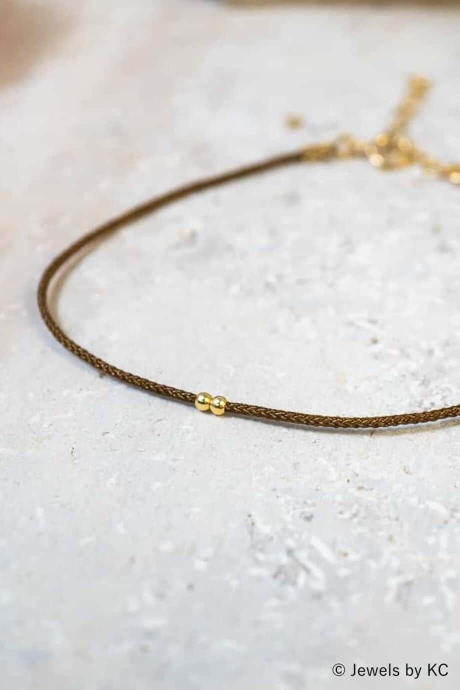 Dun-bruin-koord-armbandje-Marron-met-Gouden-kraaltjes-Goud-op-Zilver