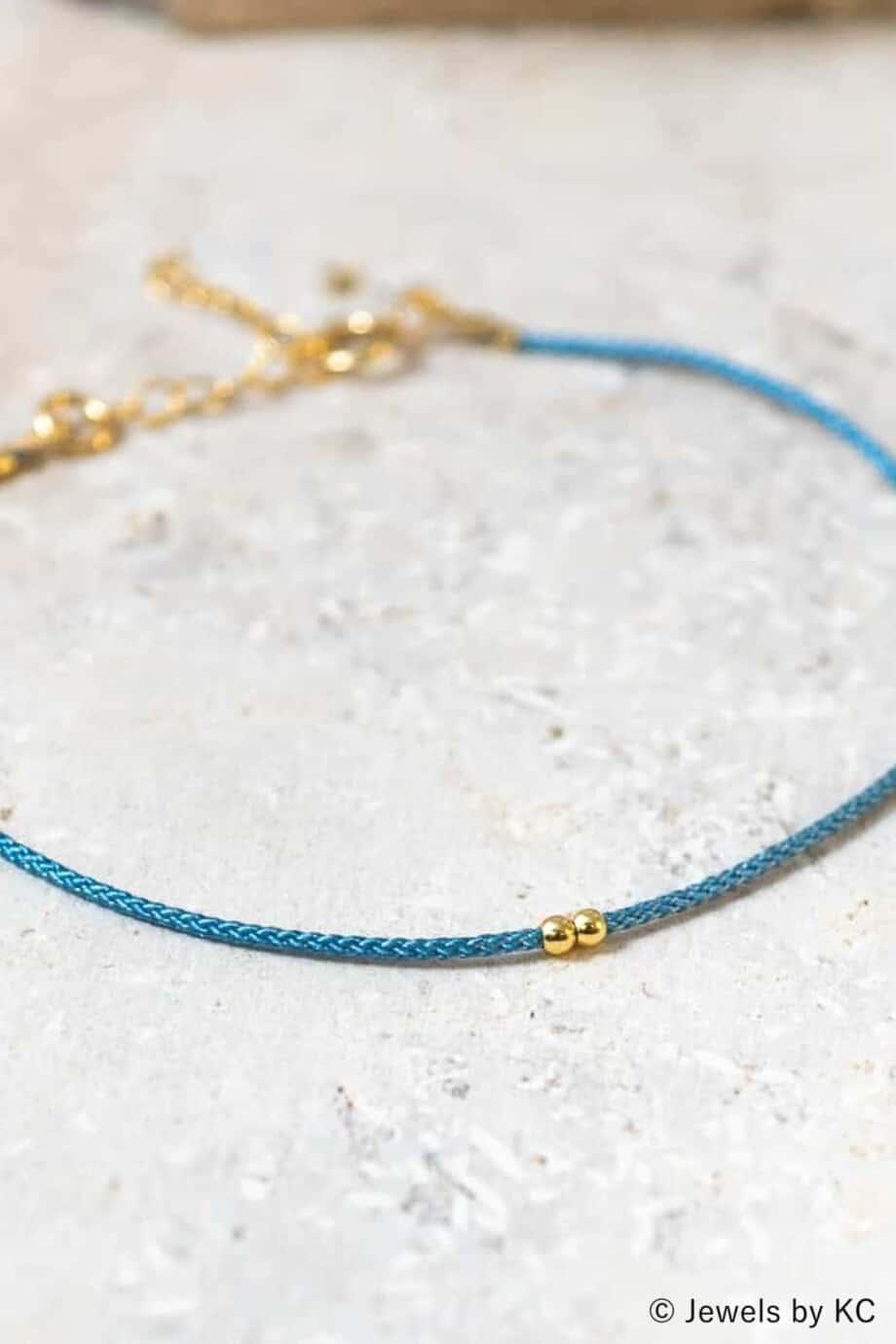 Dun-blauw-koord-armbandje-Azul-met-Gouden-kraaltjes-Goud-op-Zilver