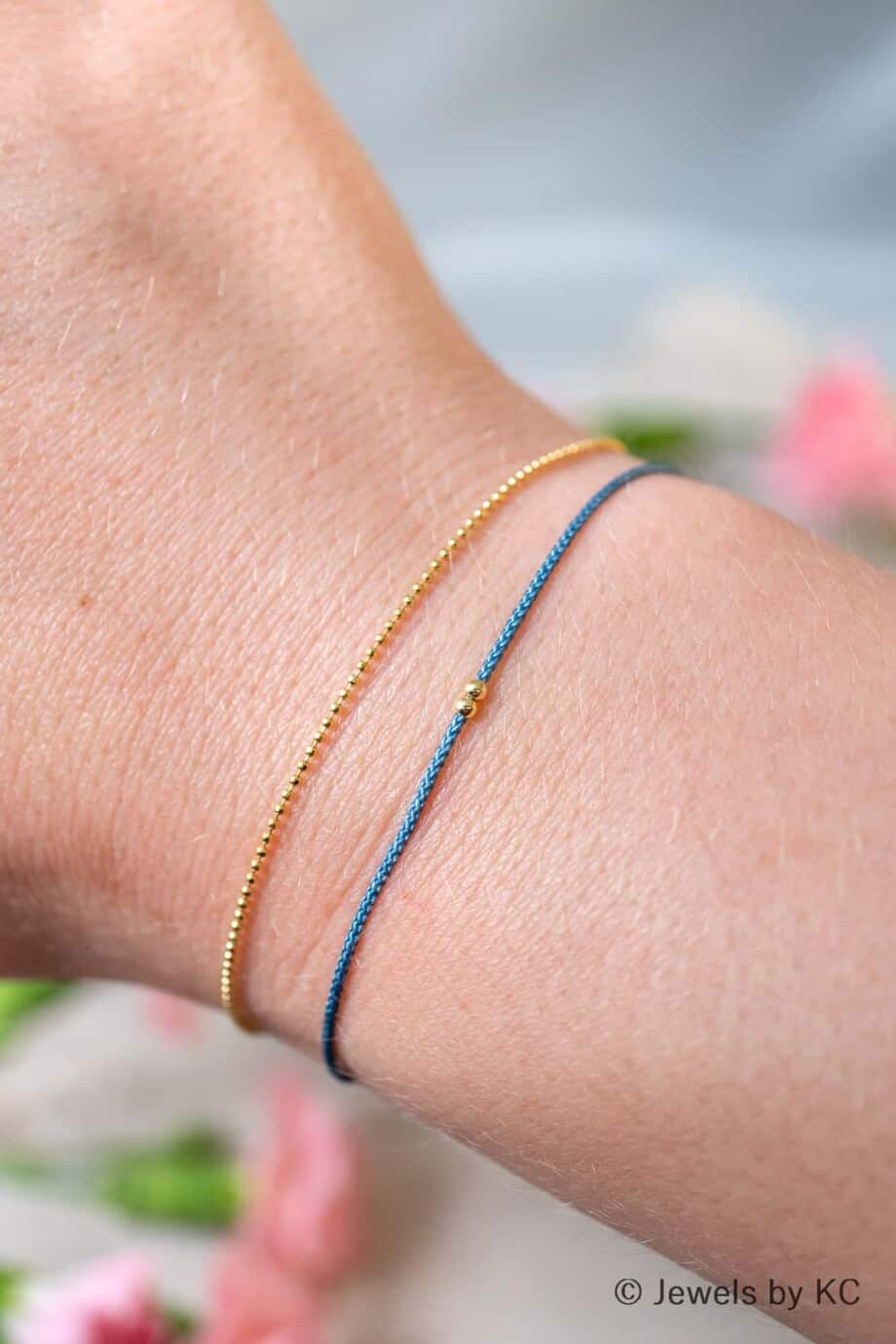 Dun blauw koord armbandje Azul met Gouden kraaltjes Goud op Zilver