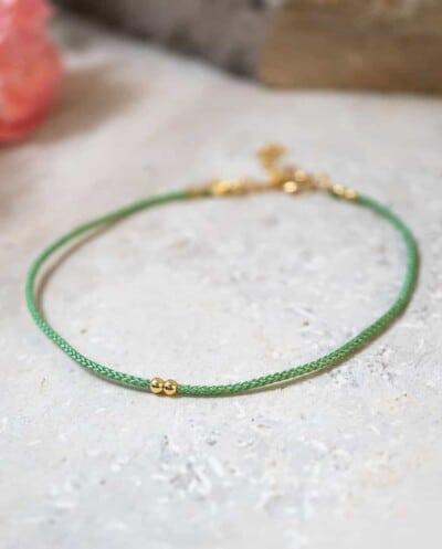 Dun-groen-koord-armbandje-Verde-met-Gouden-kraaltjes-Goud-op-Zilver