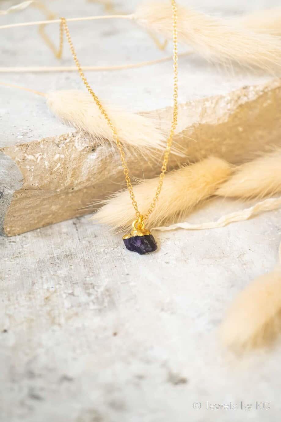 Gouden edelsteen ketting paarse 'Raw Amethist' van Goldplated Zilver